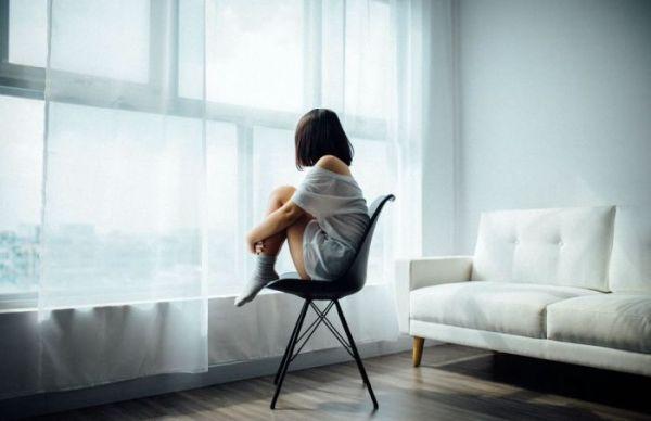 femme devant un rideau occultant